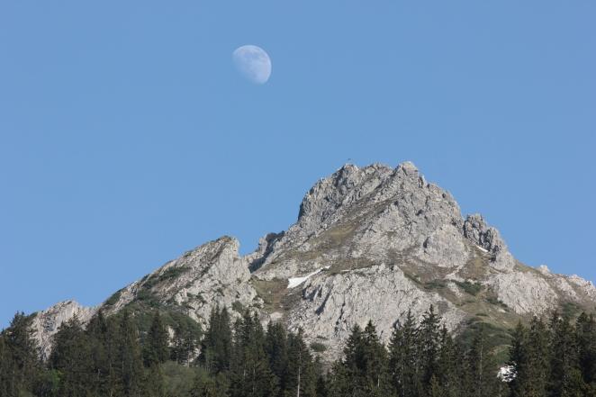Der Mond über der Mittagsspitze
