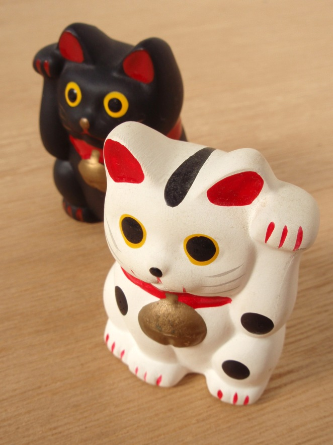 Maneki-neko, Quelle: https://upload.wikimedia.org/wikipedia/commons/c/cc/Maneki_neko_20101109.jpg